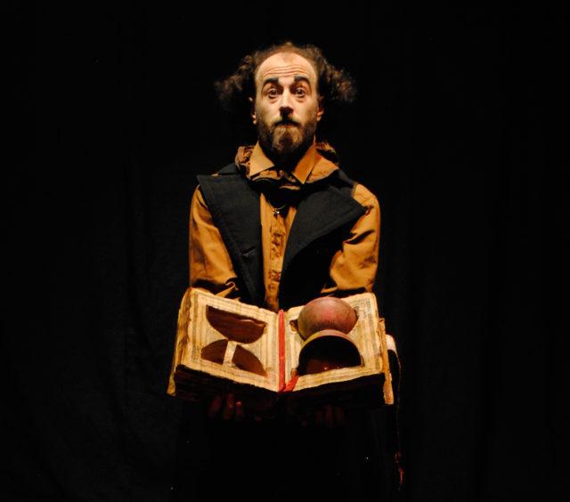 Artystka cyrkowy festiwalu BuskerBus 2019 Brunitus