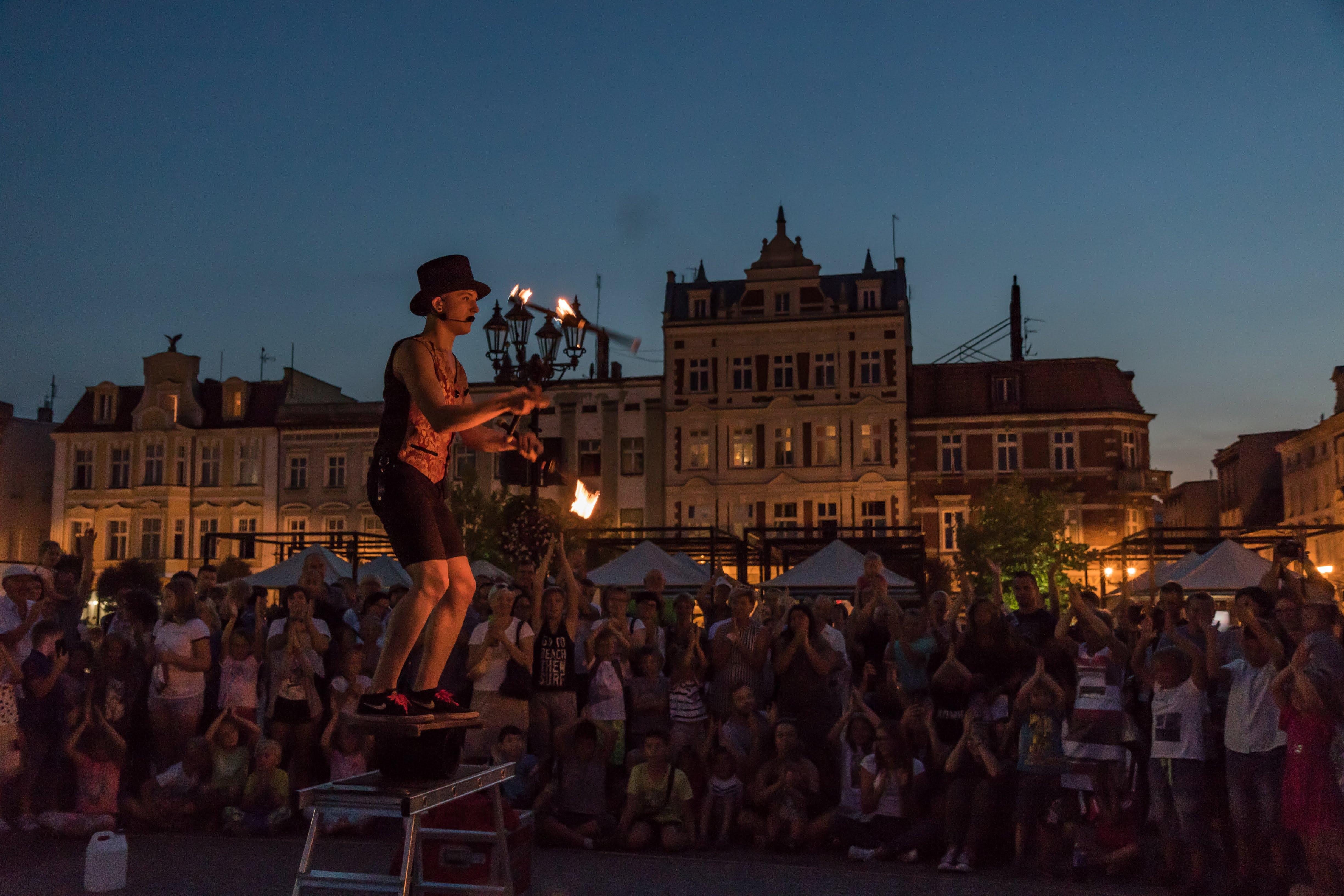 Pokaz żonglerki podczas festiwalu BuskerBus w Krotoszynie