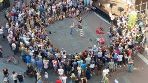 Pokaz uliczny podczas festiwalu BuskerBus w Zielonej Górze