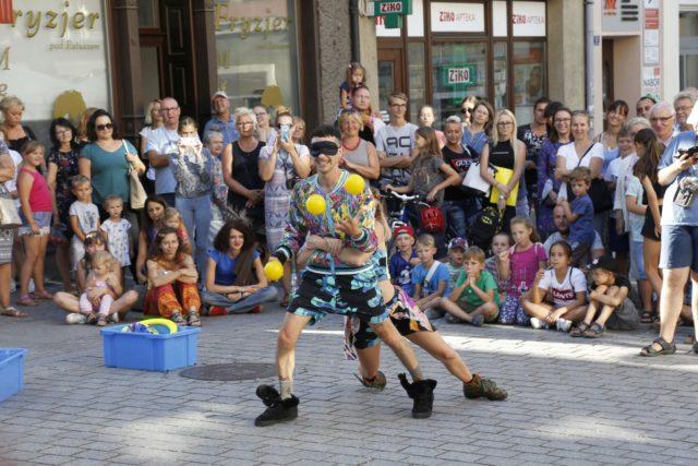 Pokaz argentyńskiego duetu NUBE łączący żonglerkę i taniec