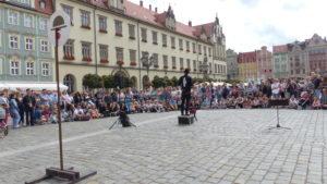 Pokaz uliczny Pana Ząbka podczas festiwalu BuskerBus